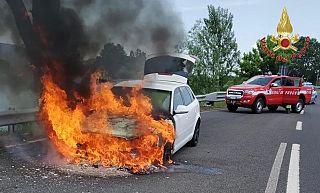 L'auto andata a fuoco in FiPiLi