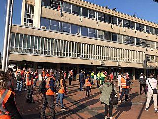 In foto volontari sulla piazza del Comune di Scandicci