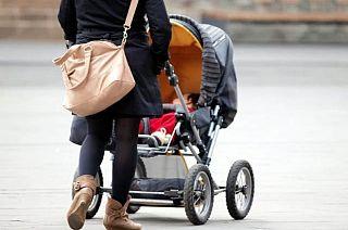 una mamma con il passeggino