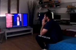uomo alla tv