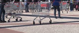 gente in fila al supermercato