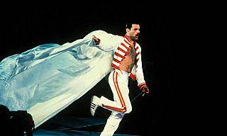 Freddie corre durante un concerto