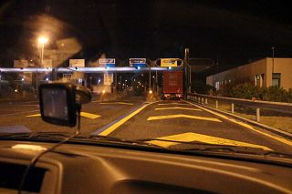 casello autostrada notte