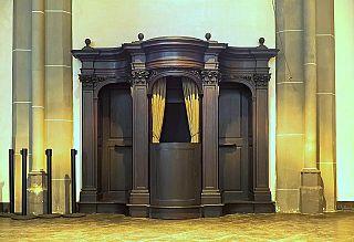 Un confessionale di una chiesa