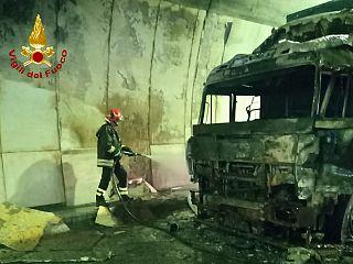 la motrice distrutta dalle fiamme