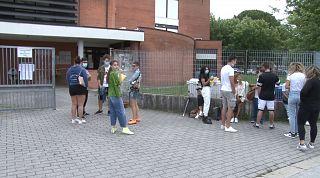 Studenti fuori dal Montale prima dell'esame di maturità 2020