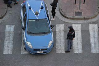 In foto un controllo di polizia