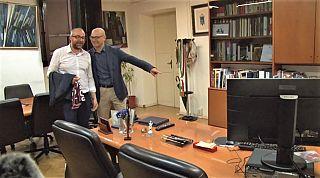 Millozzi indica a Franconi la poltrona dell'ufficio del sindaco